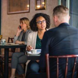 hádajú sa pár, nahnevaná žena sa díva na muža