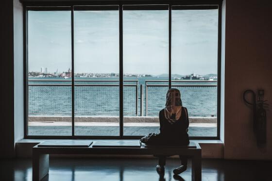 žena dívajú sa na more